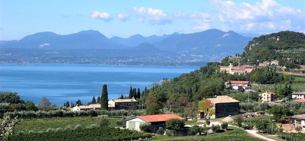 Veduta sul lago di Garda, posto ideale per giri in bicicletta, a piedi, per cicloturismo e camminate