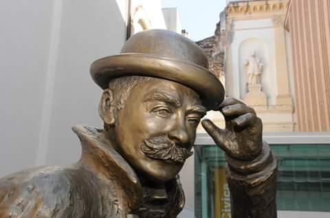 Verona statua di Emilio Salgari. Passeggiate a piedi in Valpolicella