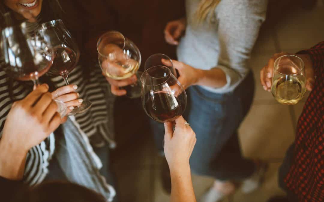 Il vino rosso, bevuto in dosi moderate, è salutare anche per le donne in menopausa