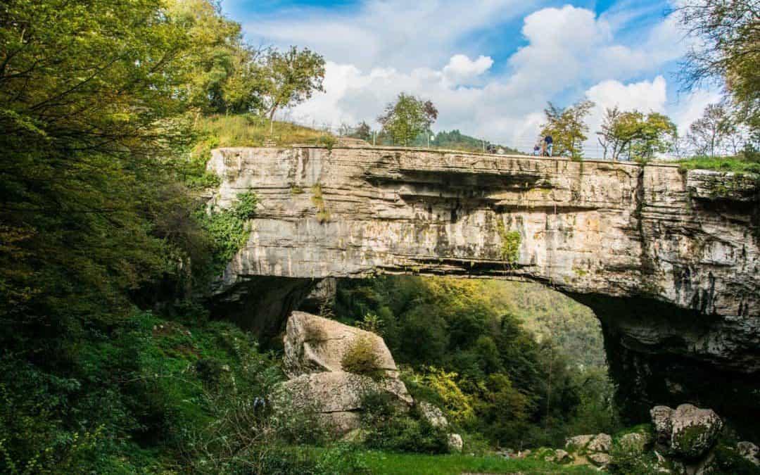 Weekend in Lessinia, fra il ponte di Veja e le cascate di Molina. Tra spumante Durello e vini Valpolicella