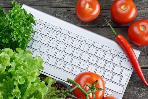 Spesa online e consegna a domicilio. Cosa compriamo quando usiamo internet per acquistare vino, cibo, verdura, frutta e dolciumi
