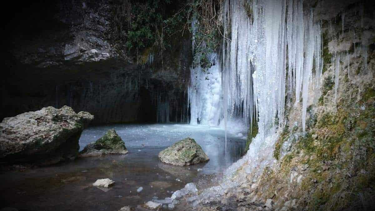 Lessinia - Cascate di Molina ghiacciate in inverno - Fumane - Provincia di Verona ---
