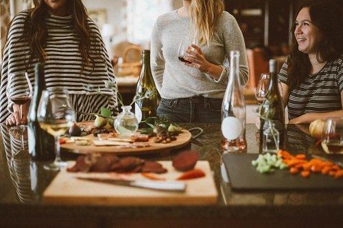 L'enoturismo vale 2,6 miliardi. Interessato un italiano su 4. Il 30% degli stranieri sceglie l'Italia per fare turismo del vino e del cibo