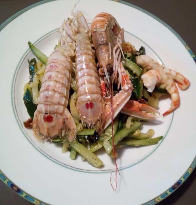Ricette pesce: canocchie e gamberoni come antipasto, filetti di coda di rospo di secondo piatto. I vini da abbinare? I bianchi Custoza, Lugana o Soave