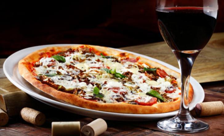 Ricetta pizza e vini veronesi. L'abbinamento fra pizza bianca o rossa e vino è più corretto rispetto a quello tradizionale con la birra. Scopri perché…