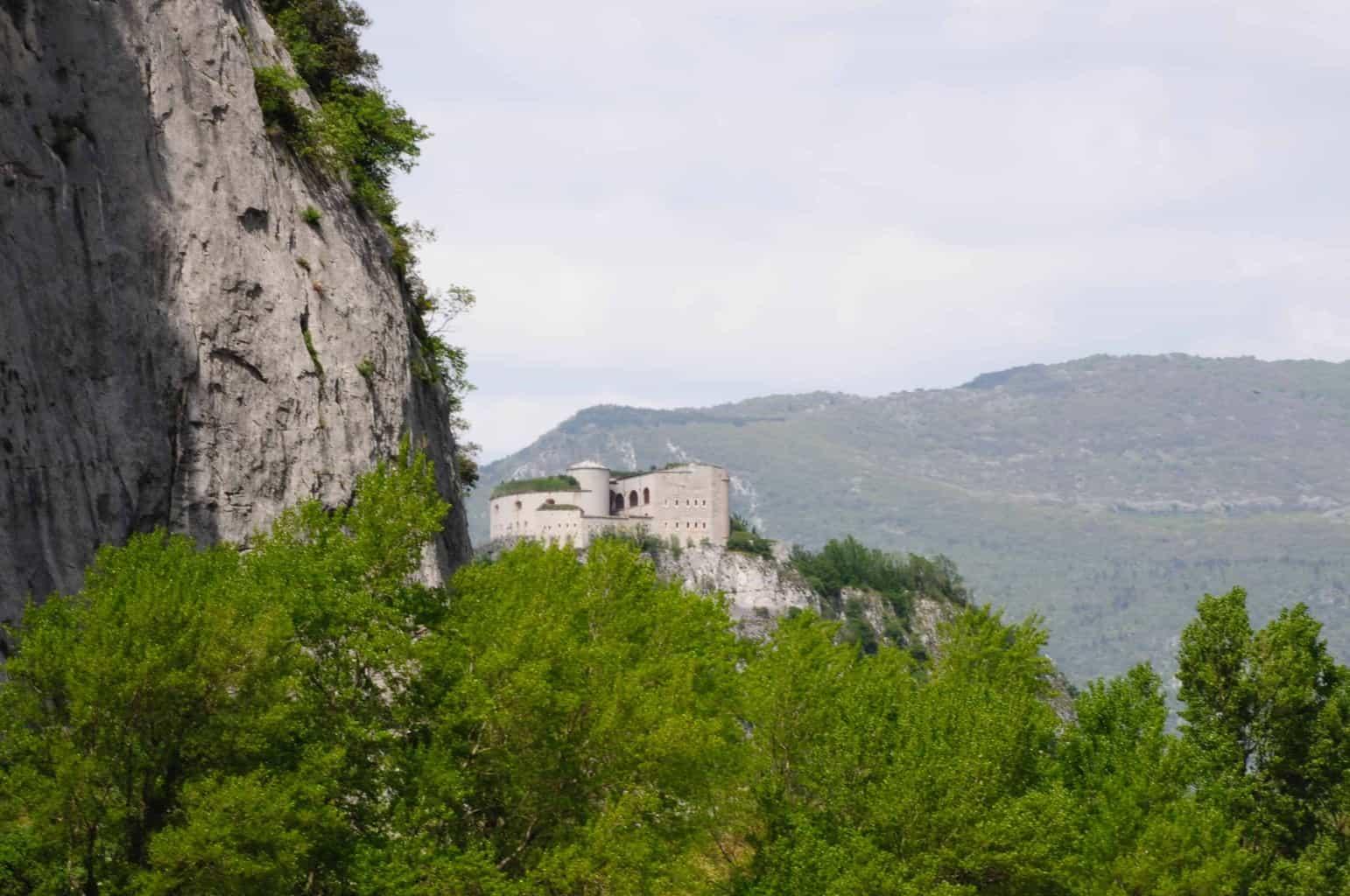 Il Forte Wohlgemuthche domina la valle dell'Adige