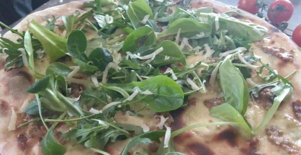 Pizza con rucola, ricotta e mandorle