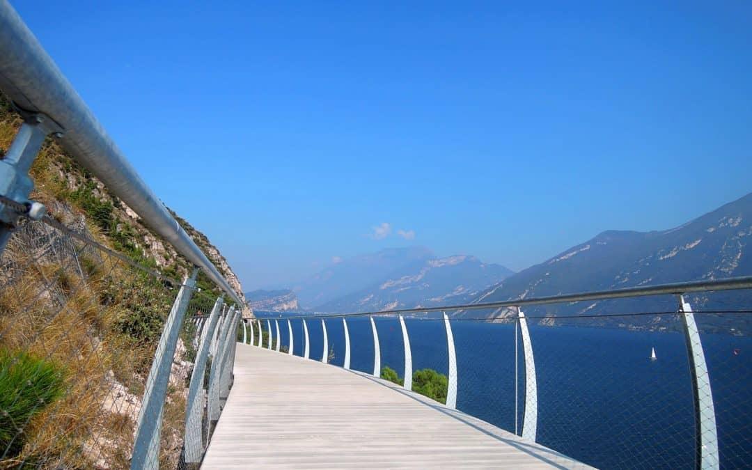 Cicloturismo: la splendida pista ciclabile fra Limone e Riva del Garda
