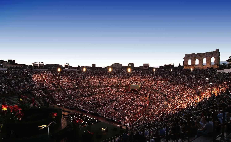L'Arena di Verona vista dall'alto durante uno spettacolo