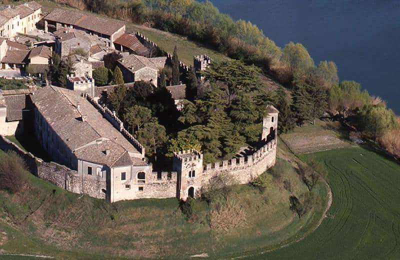 Visita Castellaro Lagusello, a Mantova, uno dei più bei Borghi d'Italia. Il Castello di Noarna, vicino Trento, è invece la meta perfetta per unire cultura e vino